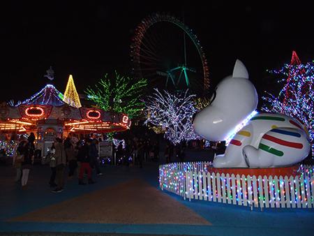 フラッシュが発光した撮影例。近くのランドドッグや通路は明るくなりましたが、主役はイルミネーションです(^^;)