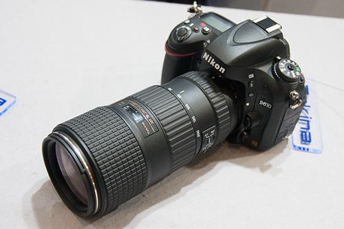 D610に装着されハンズオンコーナーに並んでいるAT-X 70-200 PRO FX (70-200mm F4 ASPHERICAL IF)