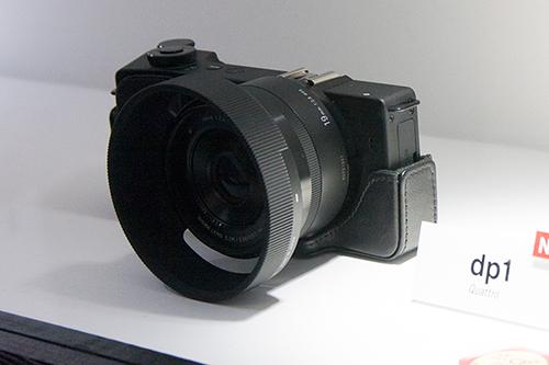 カメラケースとレンズフードを付けたdp1 Quattro