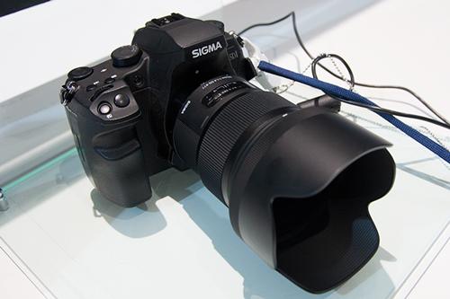 標準レンズ 50mm F1.4 DG HSM。レンズボディは望遠レンズのような大きさと迫力があります