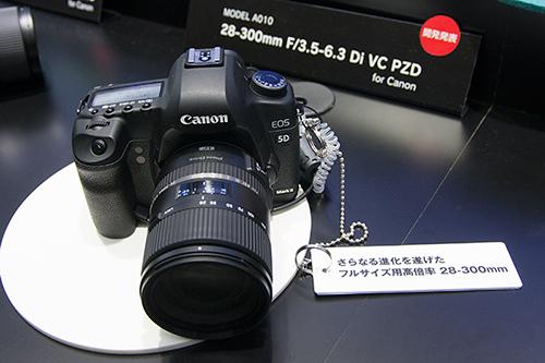 ハンズオン・コーナーでEOS5D Mark IIに装着されている28-300mm F/3.5-6.3 Di VC PZD(Model A010)