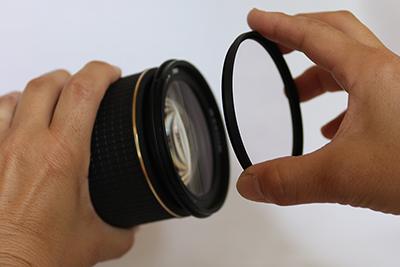 通常、レンズの前部はネジ切ってあり、フィルターが装着できるようになっています